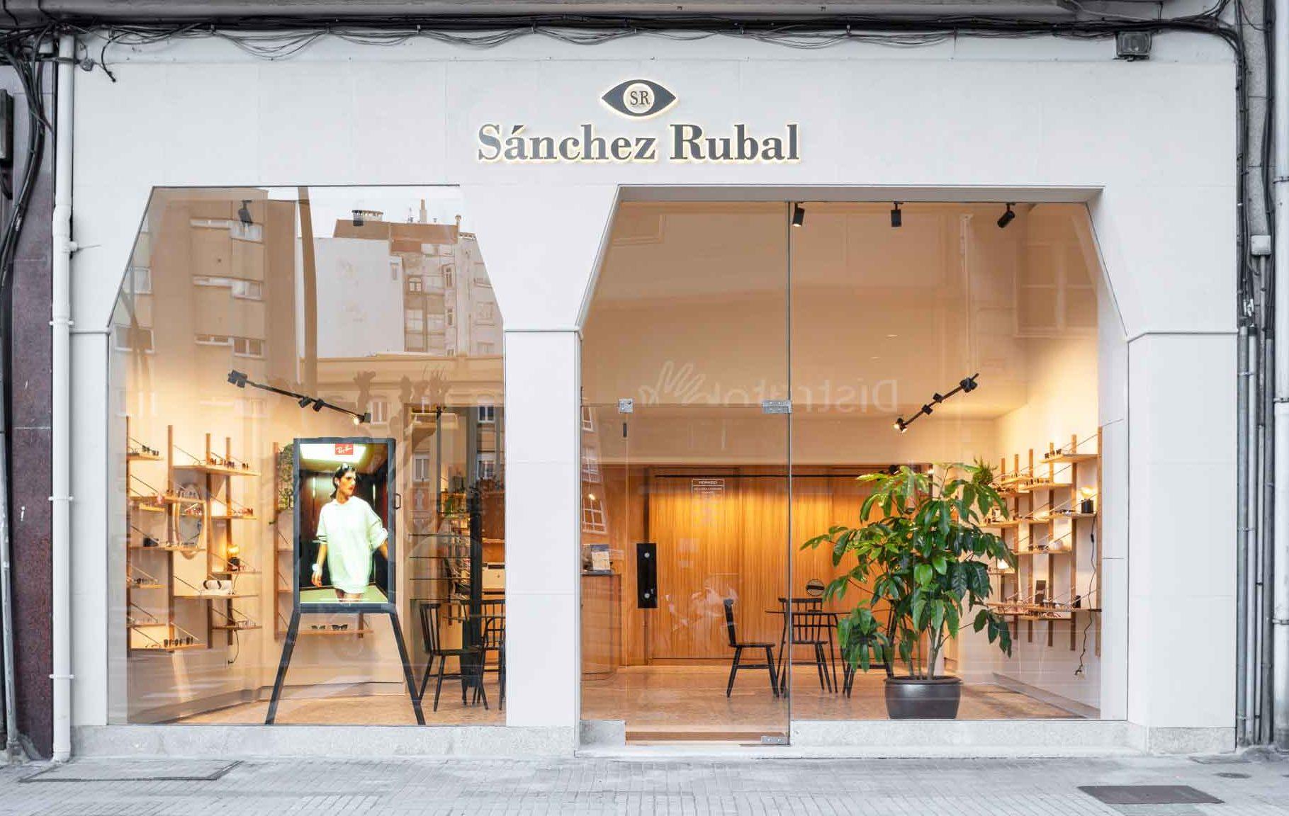 foto fachada óptica Sánchez Rubal de día